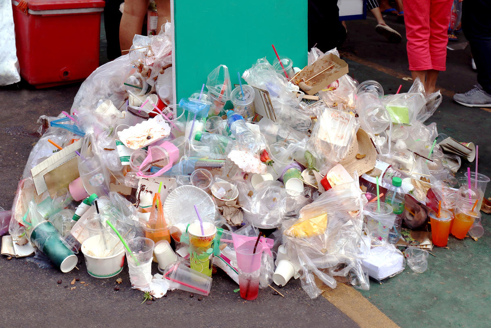 A large pile of plastic garbage on the ground - © Shutterstock / cgdeaw / WWF
