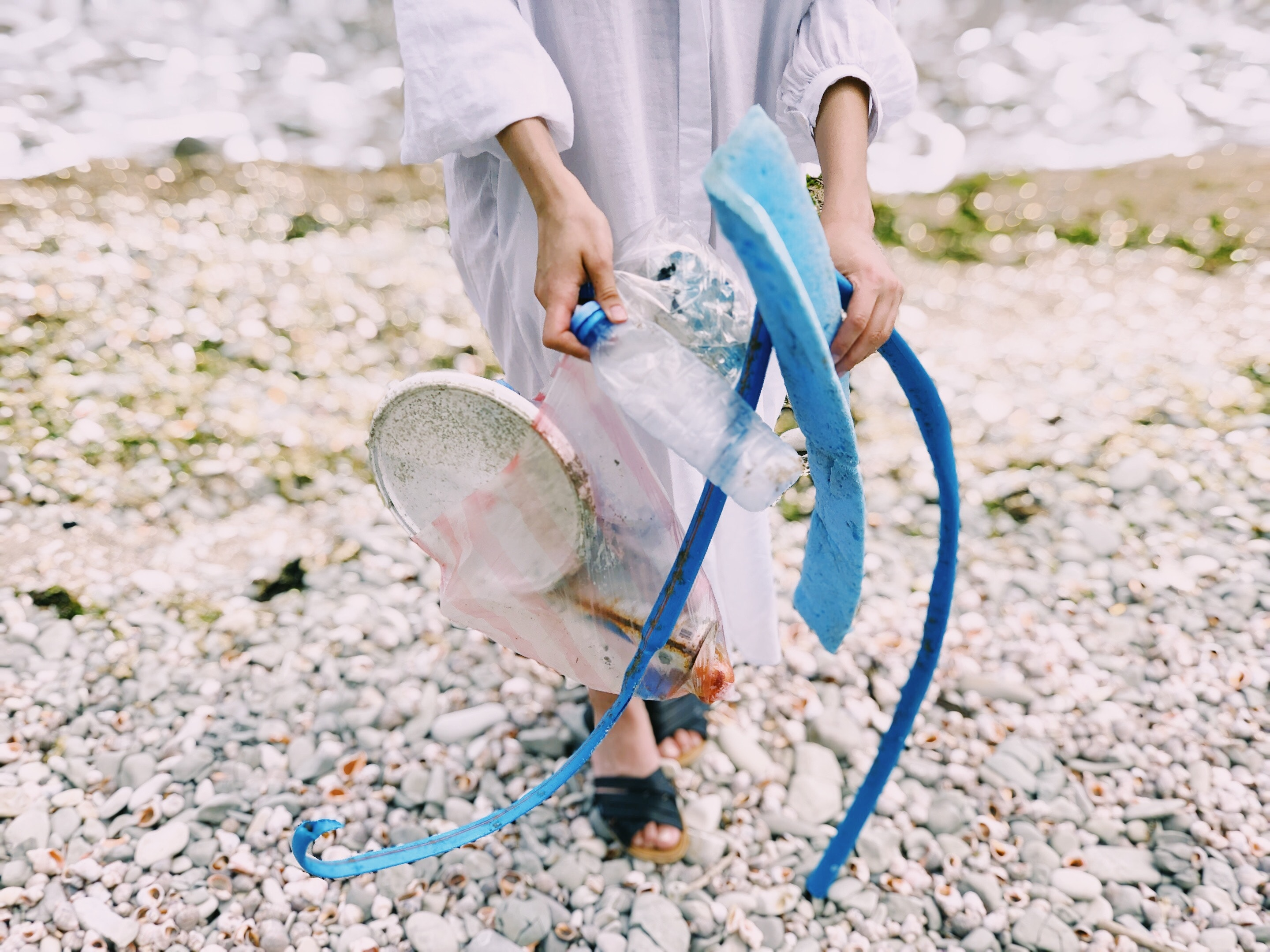 Woman picking up plastics at the beach © Daria Shevtsova / Pexels