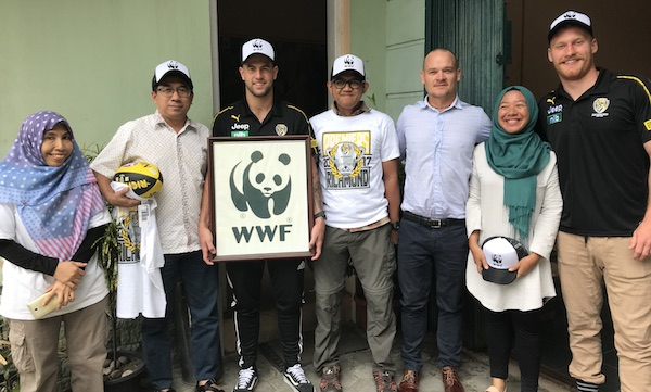 Richmond's Nick Vlaustin & Jack Graham with WWF-Indonesia in Sumatra to support tiger conservation activities © WWF-Aus / David Crisante