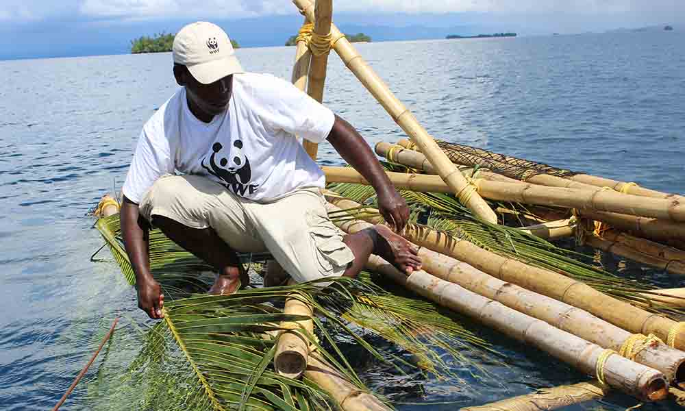 Deploying a community constructed IFAD, Ghizo Island, Western Province, Solomon Islands © Mark Bristow / WWF-PNG
