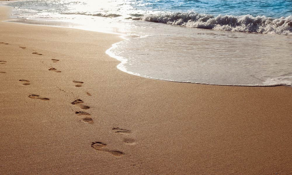 Footprints in the sand CC0 Olichel / Pixabay