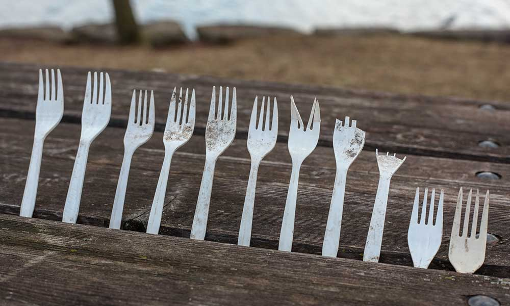 Plastic forks and cutlery in nature CC0 filmbetrachterin / pixabay