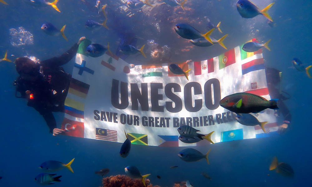 Divers send a message to UNESCO from the Great Barrier Reef © WWF / Dmitriy Komarov