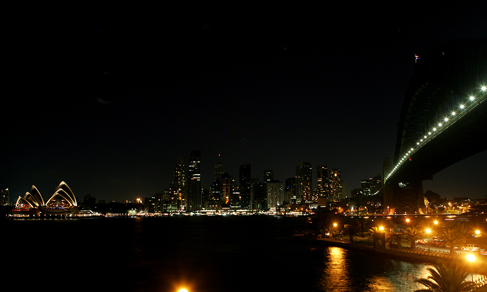 First lights out, Sydney Harbour Bridge and Opera House, Earth Hour 2007 © Mike Bowers / Fairfax Syndication